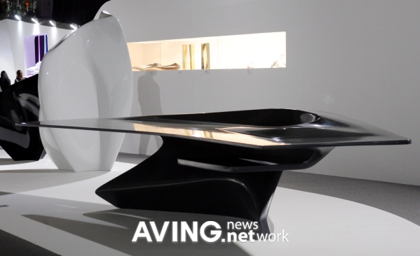 Picture seoul desk 2008 for Mesa table design by zaha hadid for vitra